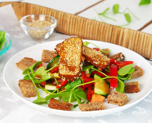 Bunter Salat mit gebratenem Sesamtofu